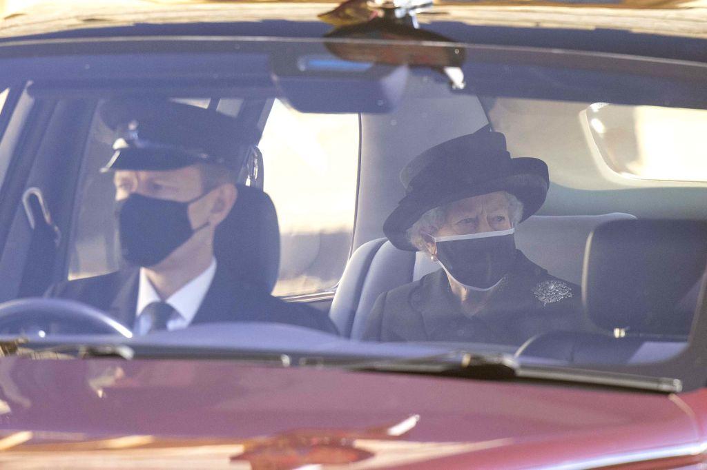 Regina Elisabeta, în ținută de doliu, în timp ce se îndrepta spre ceremonia de înmormântare a soțului ei