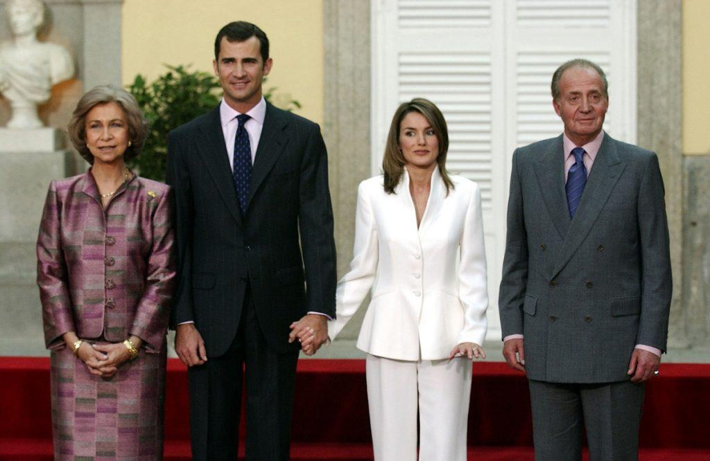 Regina Sofia îmbrăcată într-un costum violet, alături de Prințul Felipe, logodnica sa Letizia într-un costum alb și Regele Spaniei la ceremonia oficială de logodnă din Madrid
