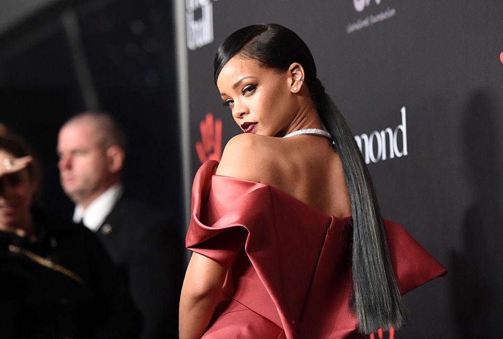 Rihanna, într-o rochie elegantă, vișinie, la un eveniment caritabil