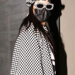 Rihanna, cu bandană pe cap, ochelari de soare și mască de protecție, la intrarea într-un restaurant