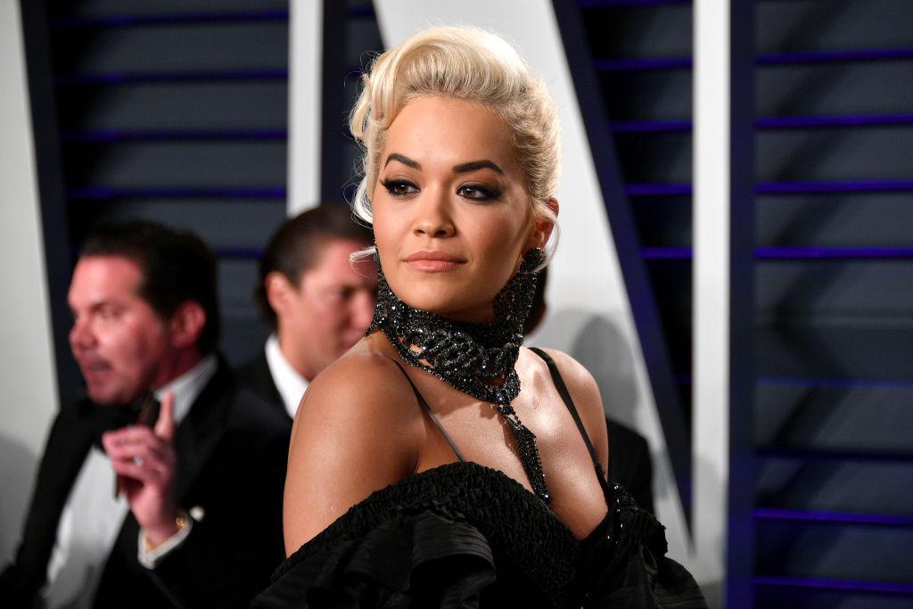 Rita Ora, la un eveniment monden, pe covorul roșu, într-o rochie neagră, extrem de sexy