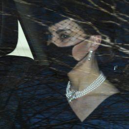 Kate Middleton, pe bancheta din spate a unei mașini, alături de Prințul William, în timp ce merg la funeraliile Prințului Philip
