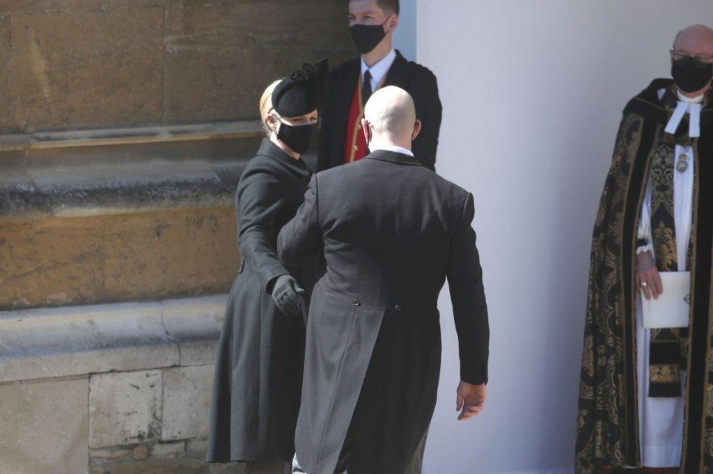 Zara și Mike Tindall, îmbrăcați în negru, participă la înmormântarea Prințului Philip, organizată la Capela Saint George, din apropierea Castelului Windsor