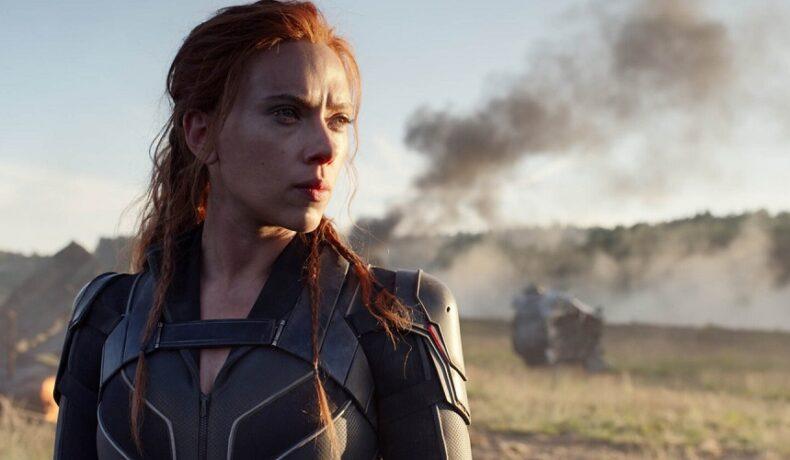 Actrița Scarlett Johansson în rolul Natashei Romanoff îmbrăcată într-un costum negru într-o scenă din unul dintre cele 10 filme pe care trebuie să le vezi la cinema Black Widow