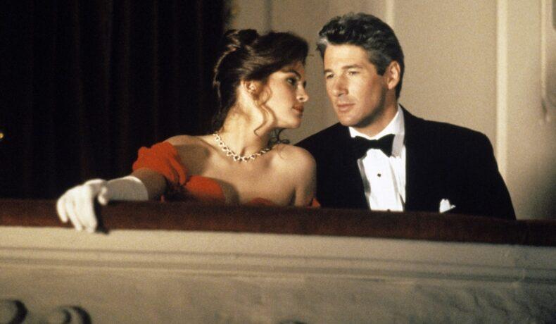 Julia Roberts purtând mănuși albe și o rochie albă, alături de Richard Gere îmbrăcat într-un frac într-unul din cele 10 filme pe care trebuie să le vezi măcar o dată în viață
