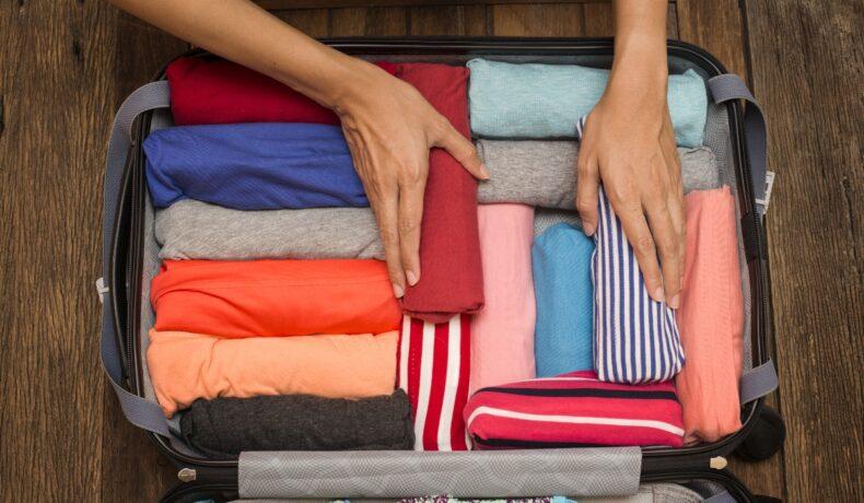 O valiză cu mai multe haine rulate. Un exemplu bun pentru împachetarea eficientă a bagajelor