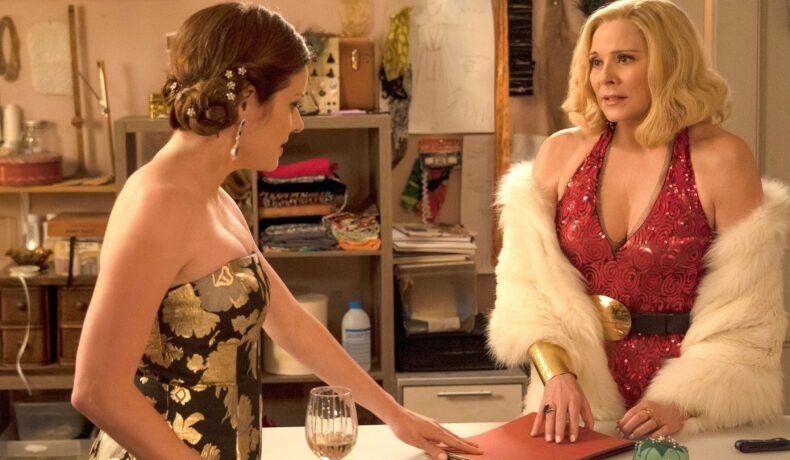 Margaret Monreaux jucată de actrița Kim Cattrall îmbrăcată într-o rochie cu o blană peste umeri în timp ce o privește pe Ginger Sweet, jucată de Melia Kreiling într-o scenă din seria Filthy Rich, unul dintre cele 5 seriale care nu vor avea un sezon nou în 2021