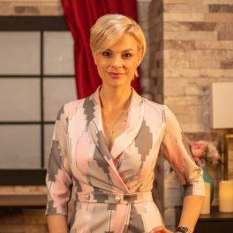 Terapeuta Anca Alungulesei într-un portret din interviul acordat pentru CaTine.ro ținând o mână în șold