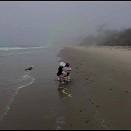 Meghan Markle alături de Archie și cățelușul lor pe plaja din California