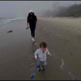 Meghan Markle în timp ce îl aleargă pe micuțul Archie pe plaja din California într-o imagine surprinsă din seria de interviuri The Me You Cant See