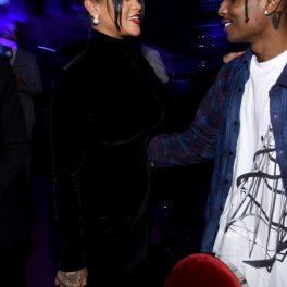 Rihanna într-o rochie elegantă neagră în timp ce îl privește pe Asap Rocky care o ține după umăr în anul 2019 la Annual Diamond Ball