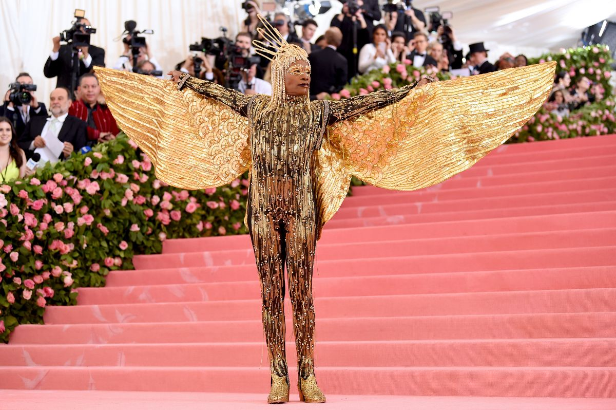 Actorul Billy Porter, îmbrăcat într-o ținută aurie, extravagantă, cu aripi, la Gala Met din 2019