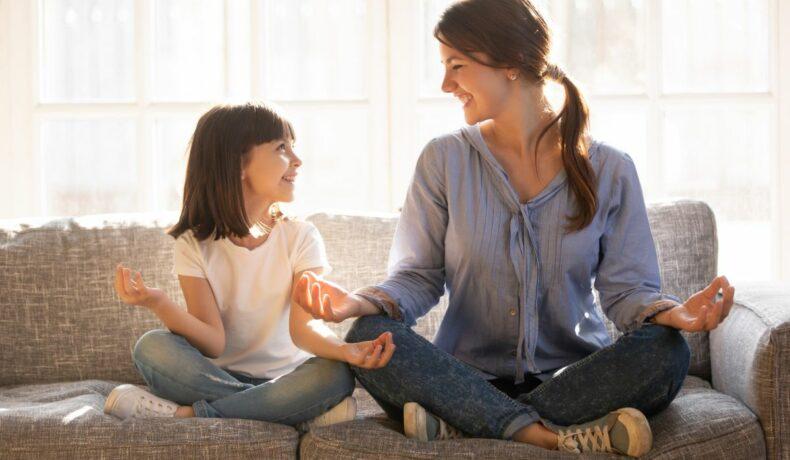 O mamă meditează, alături de fiica ei