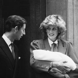 Prințesa Diana, alături de Prințul Charles, ieșind din spital, la scurt timp după nașterea Prințului Harry