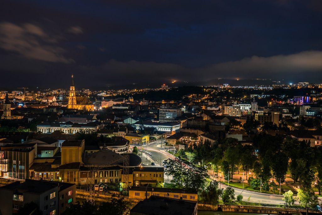 panoramă a orașului Cluj-Napoca, surprins pe timp de noapte în timp ce luminile orașului aduc la viață peisajul