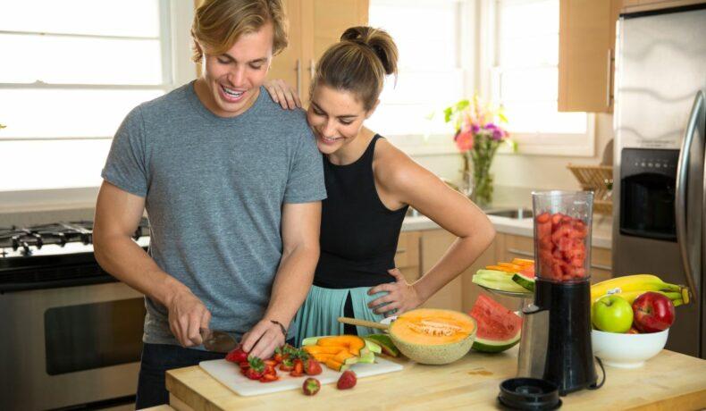 Un cuplu de tineri, în bucătărie
