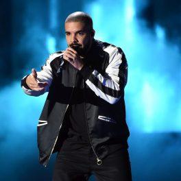 Drake cântă pe scena unui fetsival de muzică din Las Vegas, 2016