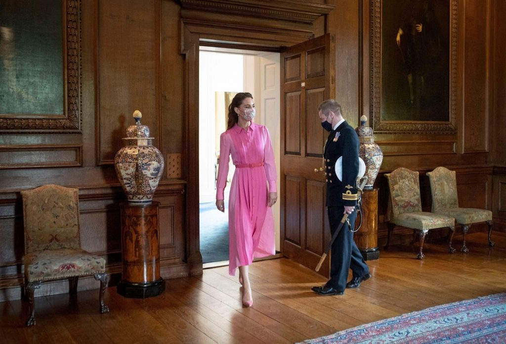 Ducesa Kate Middleton a purtat o rochie roz la întâlnirea pe care a avut-o cu Mila Sneddon de la Palatul Holyroodhouse din mai 2021