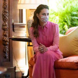 Ducesa Kate Middleton în rochie roz în timp ce stă pe o canapea portocalie cu masca pe față la întâlnirea de la palatul Holyroodhouse