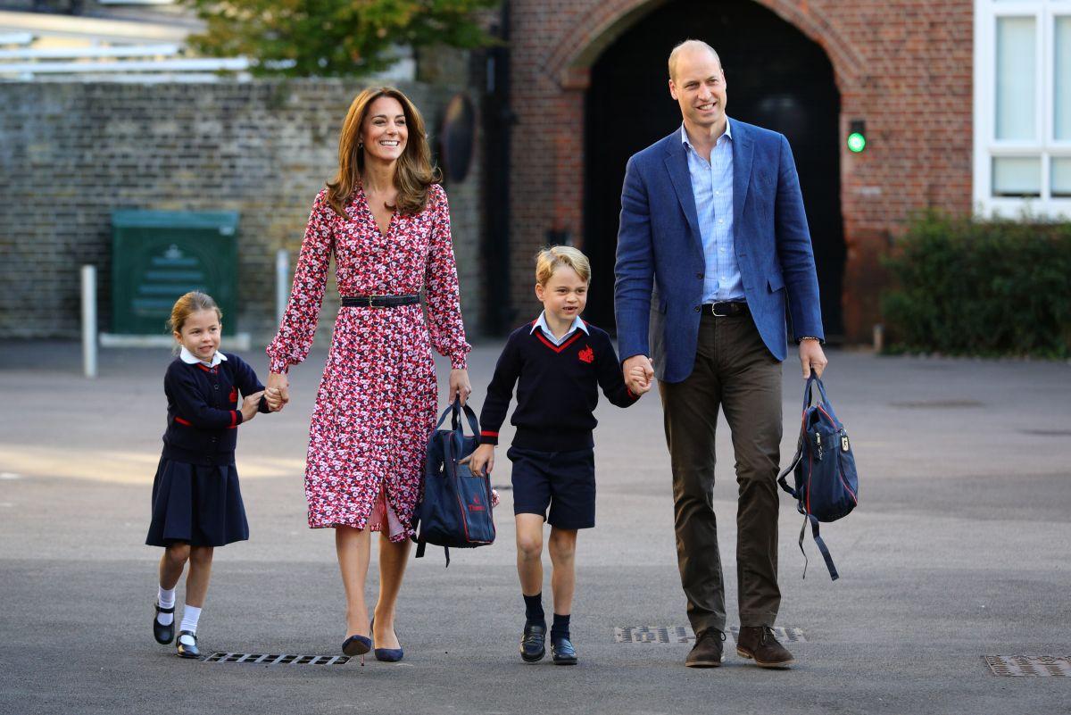 Ducii de Cambridge, alături de doi dintre copiii lor, în prima zi de școală a Prințesei Charlotte