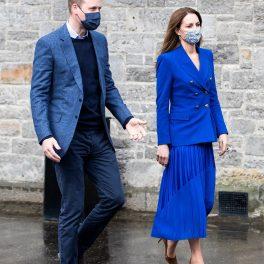 Kate Middleton alături de Prințul William în timp ce este îmbrăcată într-o vestimentație monocromă albastră deoarece copiază ținutele emblematice ale Prințesei Diana