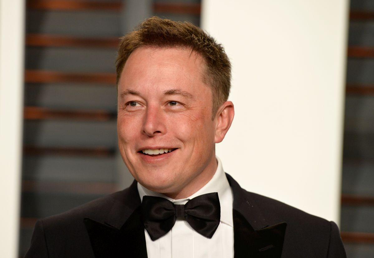 Elon Musk, purtând un costum negru, cămașă albă și papion,