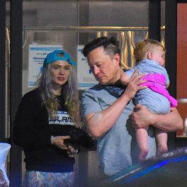 Elon Musk, alături de cântăreața Grimes și fiul lor