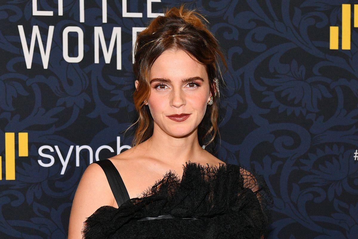 """Emma Watson poartă o rochie neagră cu bretele, al premiera filmului """"Little Women"""""""