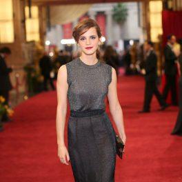 Emma Watson.îmbrăcată într-o rochie argintie cu paiete, fotografiată pe covorul roșu al unei ceremonii a Premiilor Oscar