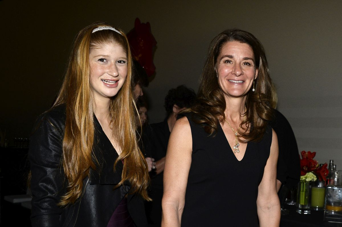 Fii lui Bill Gates, Jennifer, alături de Melinda Gtes, ambele zâmbind, și îmbrăcate în haien de culoare neagră