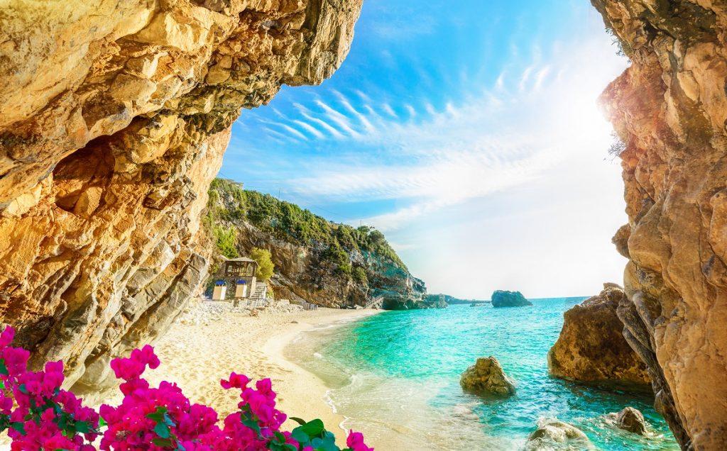Insula Corfu din Grecia surprinsă într-o imagine caldă cu o plajă curată și o apă cristalină fiind una dintre cele 5 destinații sigure de vizitat din Grecia