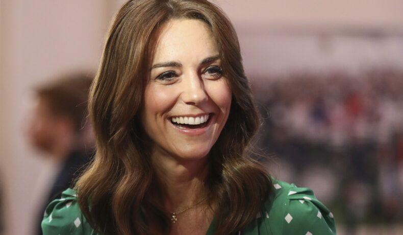 Portret al Ducesei Kate Middleton zâmbind larg la întîlnirea de la Galway Community Circus din anul 2020 când a purtat o rochie verde cu buline albe
