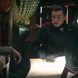 Archie Renaux, Freddy Carter și Amita Suman în timp ce stau într-o trăsură și discută într-unul din episoadele seriei Shadow and Bone