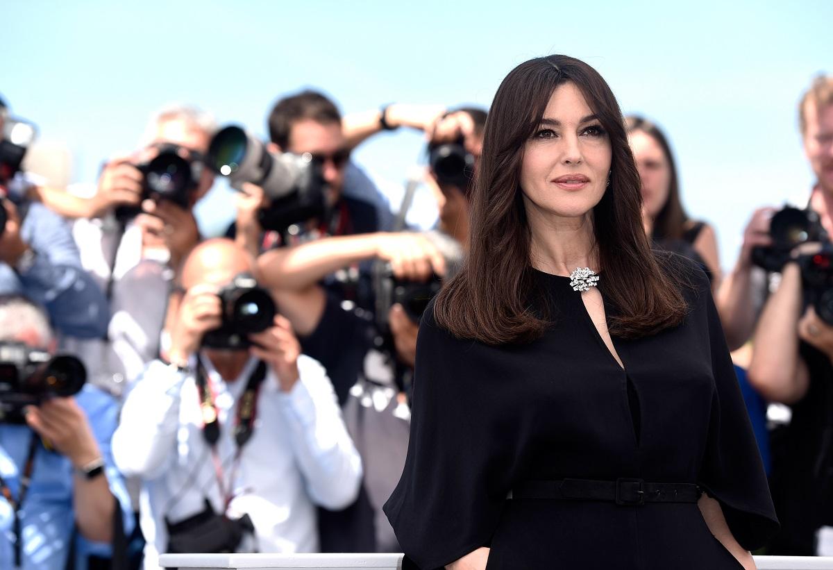 Monica Bellucci îmbrăcată într-o rochie neagră în timp ce este fotografiată la Festivalul de Film Cannes în luna mai a anului 2017