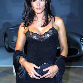 Monica Bellucci îmbrăcată într-o rochie neagră mulată cu bretele