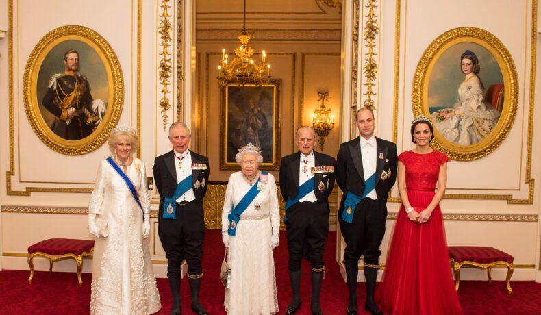 Numele de cod folosite pentru membrii Familiei Regale la recepția anuală de la Palatul Buckingham în 2016 într-un portret cu Prințul Charles, alături de soția sa împreună cu Regina Elisabeta și Prințul Philip alături de Ducii de Cambridge îmbrăcați elegantt