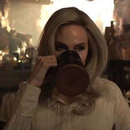 Angelina Jolie într-o scenă din filmul Eternals în timp ce bea dintr-o halbă de lemn