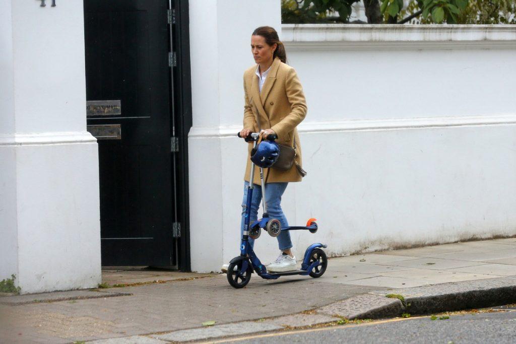 Pippa Middleton într-un palton crem și blugi în timp ce se plimbă cu trotineta alături de fiul ei Arthur