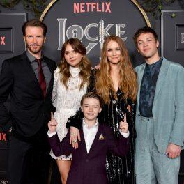 actorii principali din serialul fantasy Locke & Key îmbrăcați la costume elegante la premiera filmului din 2020 de la Hollywood