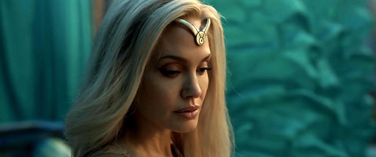Primele imagini cu Angelina Jolie blondă în rolul zeiței Thena din filmul Eternals