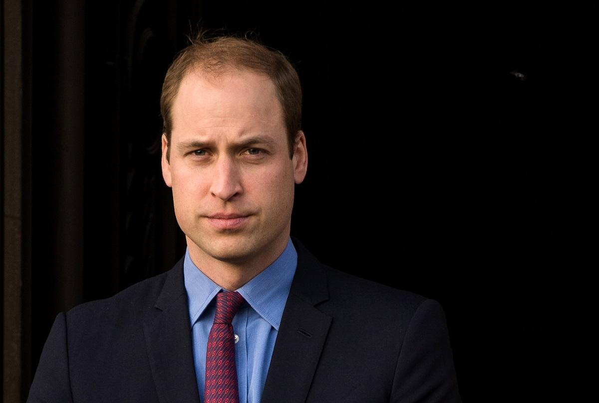Portret al Prințului William îmbrăcat la costum și cămașă albastră în timp ce respectă un cod vestimentar strict în timp ce participă la dezvelirea unor statui memoriale din timpul Primului Război Mondial la sala Hall of Memory în 2015