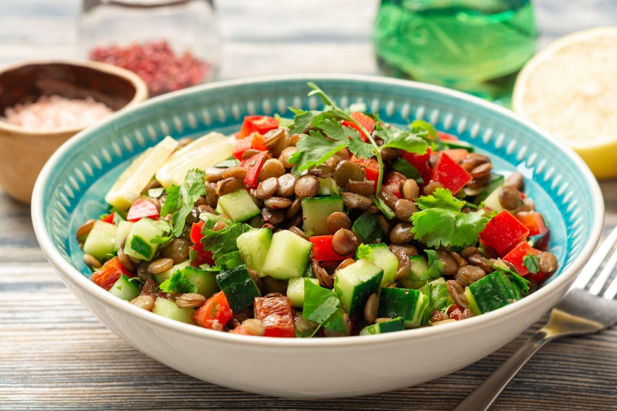 Un bol albastru ce conține salată de linte cu castravete