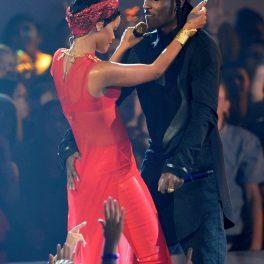 Rihanna îmbrăcată într-un costum de scenă roșu în timp ce dansează cu rapper-ul Asap Rocky îmbrăcat în negru pe scenă la Premiile MTV din 2012