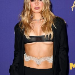 Addison Rae, îmbrăcată într-o ținută extravagantă, din fustă, sacou și o bustieră minusculă, la Premiile MTV 2021