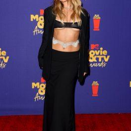 Ținuta lui Addison Rae de la Premiile MTV 2021 a fost compusă dintr-o fustă neagră, sacou în aceeași nuanță, o bustieră și o centură argintie în zona taliei