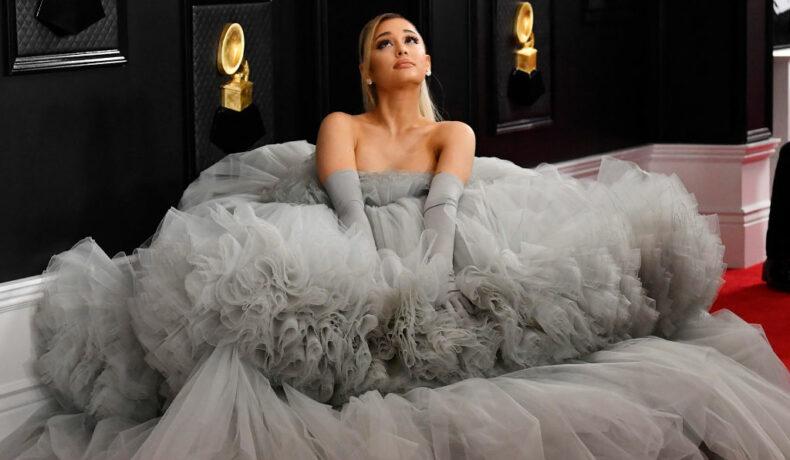 Ariana Grande, într-o rochie gri, voluminoasă, la ceremonia ceremonia cu numărul 62 a Premiilor Grammy
