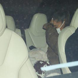 Ariana Grande, fotografiată în mașină, alături de soțul ei,în timp ce își ascunde fața