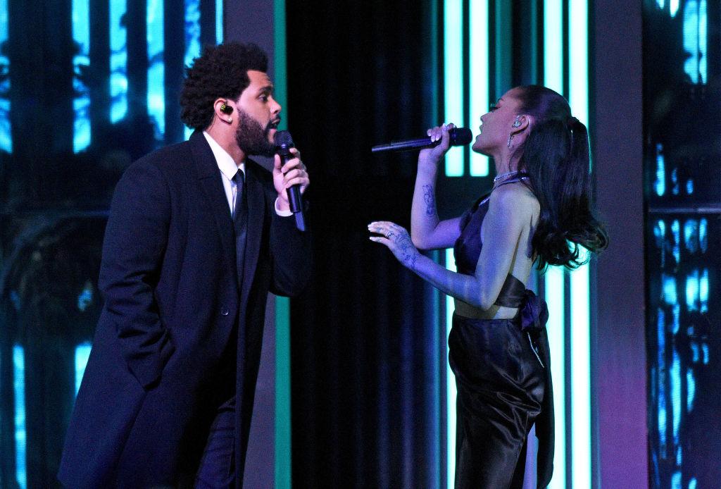 Ariana Grande, în timp ce cântă pe scena iHeart Music Awards 2021, alături de The Weekend