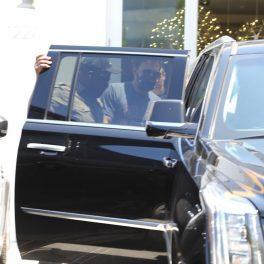 Ben Affleck, în timp ce coboară din mașina lui Jennifer Lopez și pleacă către sala de sport