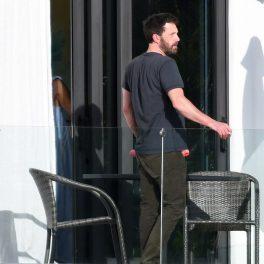 Ben Affleck, pe terasa casei lui JLo, fotografiat în haine lejere, în timp ce fumează